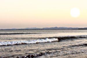 小松海岸-夕日が照らす母海