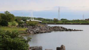 三河臨海緑地-豊橋 三河臨海緑地 川辺から臨む岩場と橋